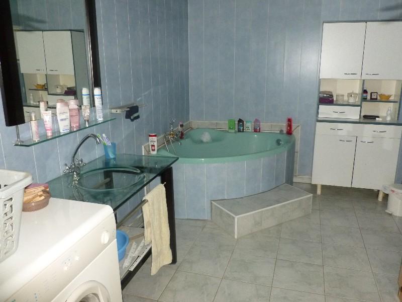 Erlon immobilier : Grande salle de bains